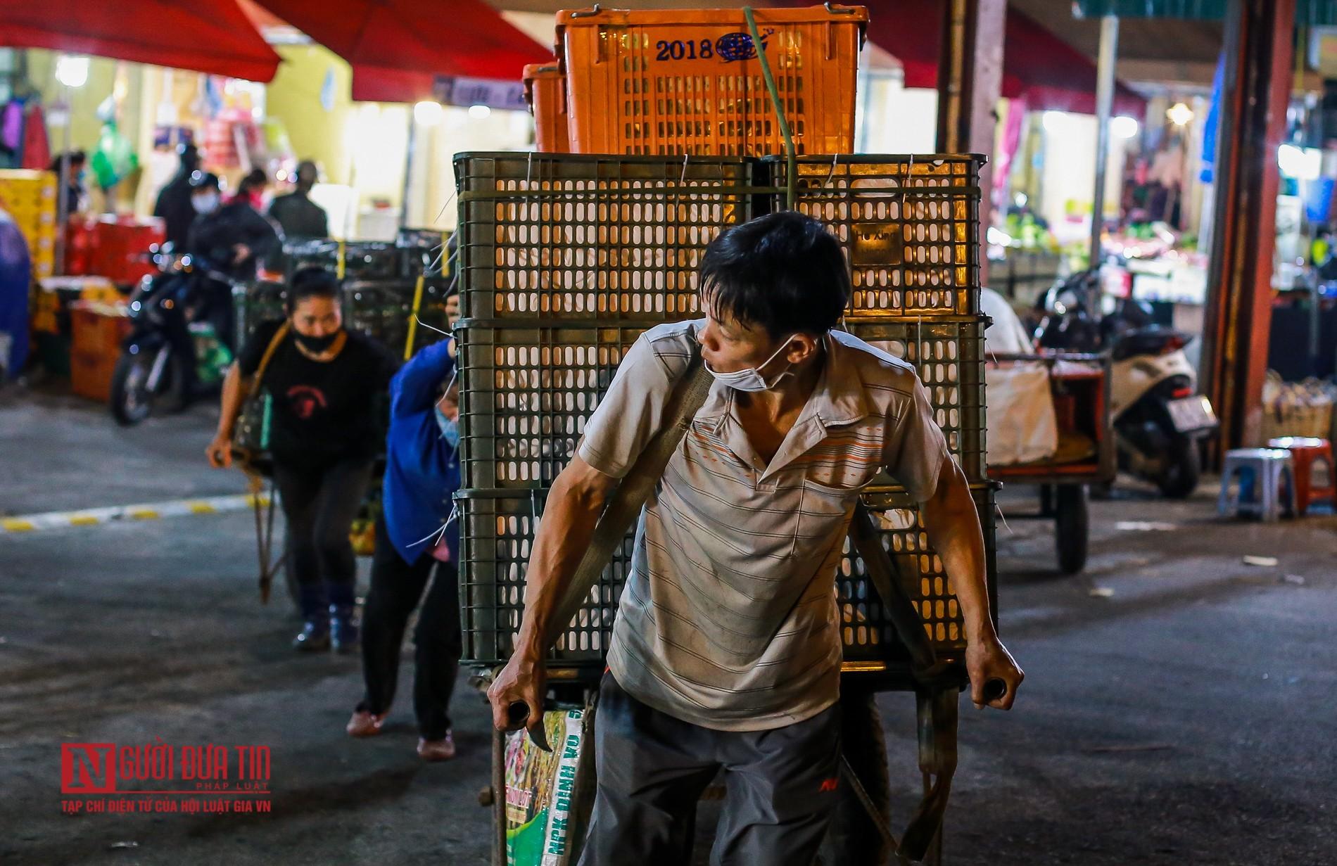 Người lao động vui vẻ kéo hàng trong đêm tại chợ hoa quả đầu mối-14