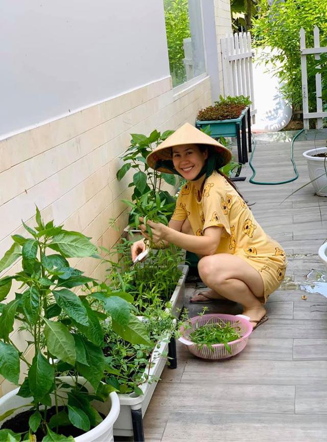 Thân Thúy Hà siêng làm vườn khi nghỉ dịch Covid-19-2
