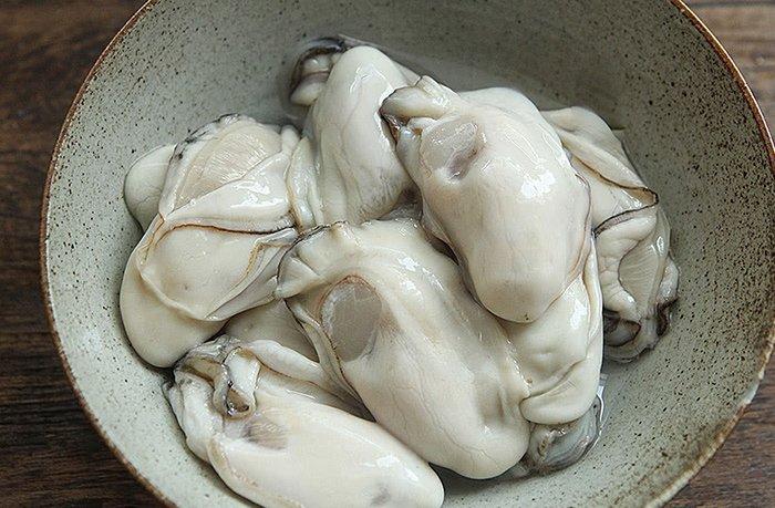Khi rửa hàu, đừng chỉ dùng bột mì, thêm một nguyên liệu nữa đảm bảo sạch bong không vết bẩn-5