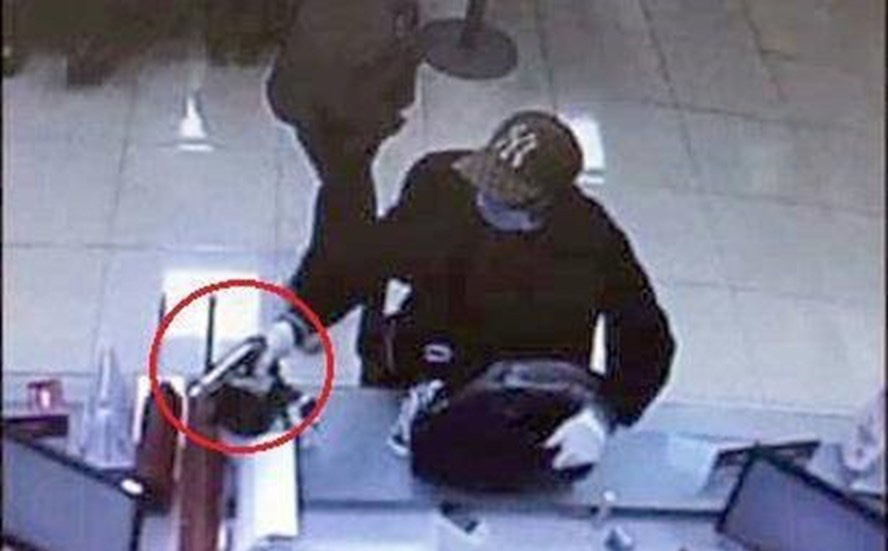 Kẻ cướp ngân hàng ở Sóc Sơn nổ 2 phát súng trước khi bỏ trốn