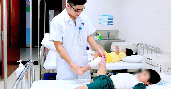 Bé trai 7 tuổi bị hoại tử vùng đùi và cẳng chân do gia đình tự ý điều trị bỏng, bác sĩ cảnh báo việc tuyệt đối không được làm khi bị bỏng