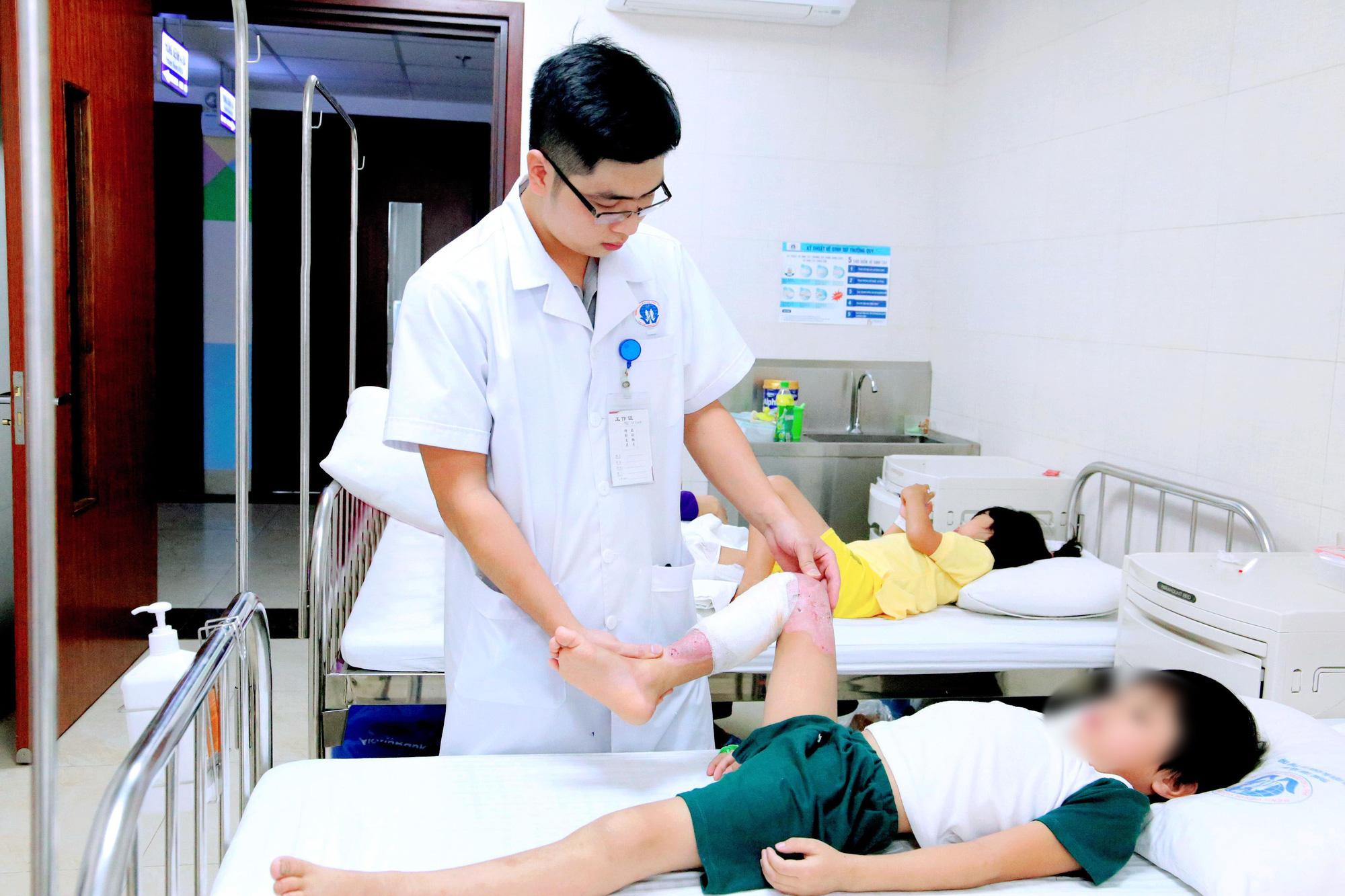 Bé trai 7 tuổi bị hoại tử vùng đùi và cẳng chân do gia đình tự ý điều trị bỏng, bác sĩ cảnh báo việc tuyệt đối không được làm khi bị bỏng-2