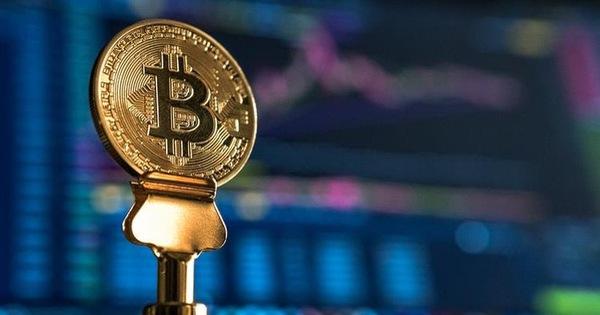 Tăng 'dựng đứng' 13%, Bitcoin vượt 8.700 USD