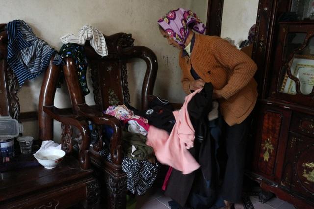 Quặn lòng cảnh bố mẹ già xin từng chiếc quần áo cũ lót chỗ cho con nằm-4