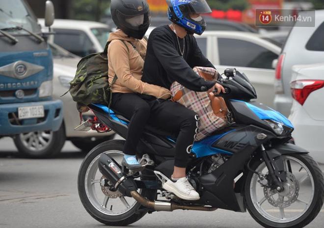 Người dân lỉnh kỉnh đồ đạc, ùn ùn đổ về quê bằng xe máy, xe con khiến đường vành đai tê liệt-12