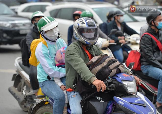 Người dân lỉnh kỉnh đồ đạc, ùn ùn đổ về quê bằng xe máy, xe con khiến đường vành đai tê liệt-11