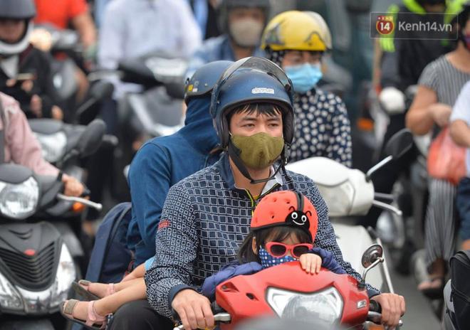 Người dân lỉnh kỉnh đồ đạc, ùn ùn đổ về quê bằng xe máy, xe con khiến đường vành đai tê liệt-10