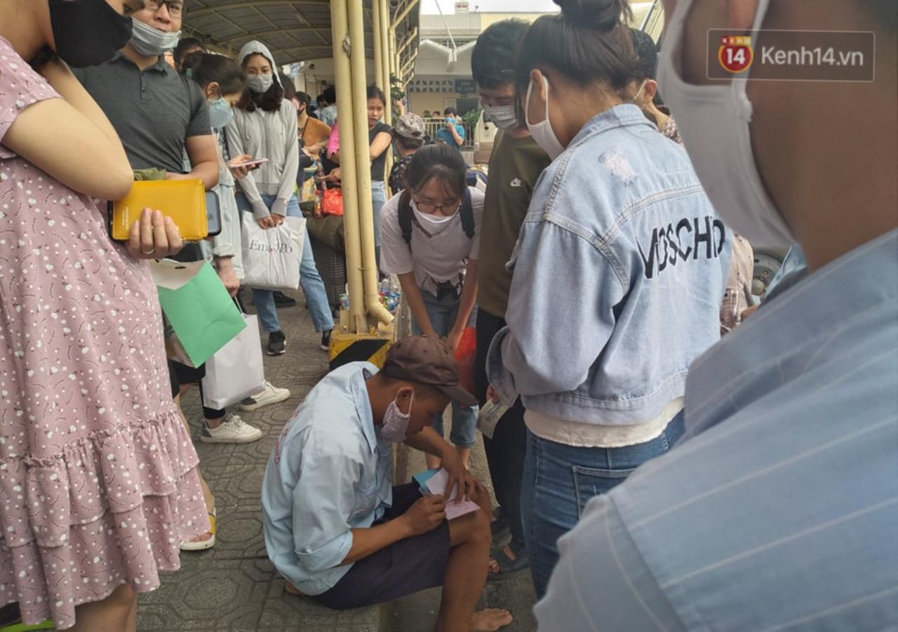 Hà Nội: Người dân vạ vật hàng giờ, ngủ gục tại bến chờ bắt xe về quê dịp lễ 30/4-3