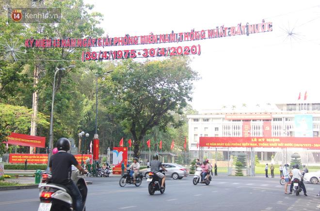 Ảnh: Ngắm một Sài Gòn yên bình trong sáng 30/4, mọi tuyến đường, góc phố phấp phới cờ hoa-18