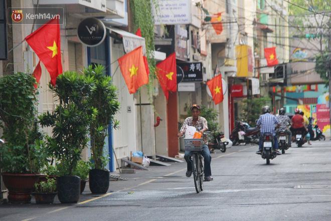Ảnh: Ngắm một Sài Gòn yên bình trong sáng 30/4, mọi tuyến đường, góc phố phấp phới cờ hoa-15