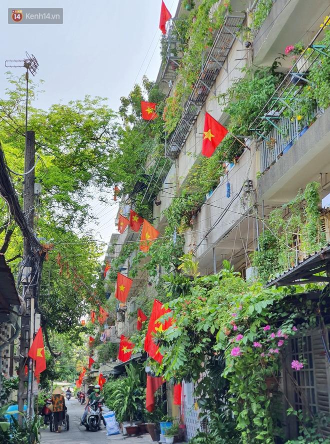Ảnh: Ngắm một Sài Gòn yên bình trong sáng 30/4, mọi tuyến đường, góc phố phấp phới cờ hoa-14