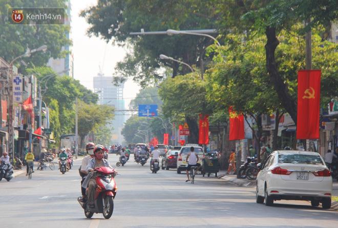 Ảnh: Ngắm một Sài Gòn yên bình trong sáng 30/4, mọi tuyến đường, góc phố phấp phới cờ hoa-17