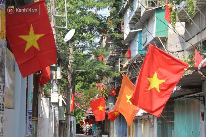 Ảnh: Ngắm một Sài Gòn yên bình trong sáng 30/4, mọi tuyến đường, góc phố phấp phới cờ hoa-16