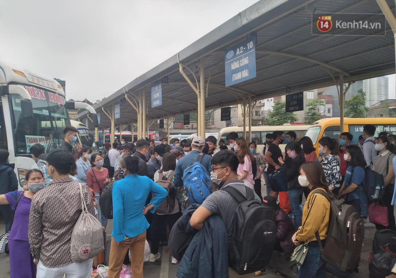 Hà Nội: Người dân vạ vật hàng giờ, ngủ gục tại bến chờ bắt xe về quê dịp lễ 30/4-10