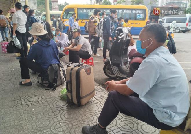 Hà Nội: Người dân vạ vật hàng giờ, ngủ gục tại bến chờ bắt xe về quê dịp lễ 30/4-5