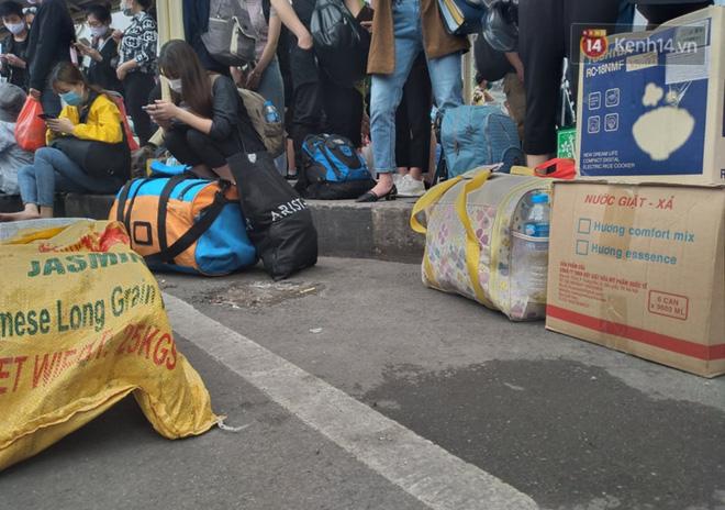 Hà Nội: Người dân vạ vật hàng giờ, ngủ gục tại bến chờ bắt xe về quê dịp lễ 30/4-7
