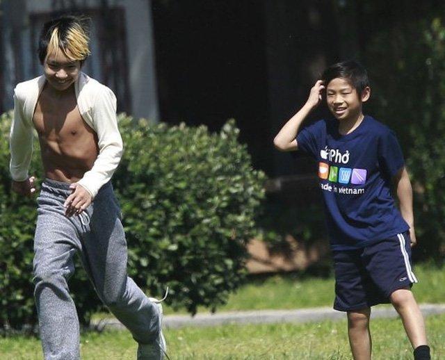 Bé trai Việt được minh tinh Hollywood nhận nuôi, 13 năm sau thay đổi ngỡ ngàng-11
