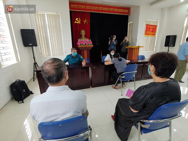 Hà Nội: Người dân phấn khởi đi nhận tiền hỗ trợ do bị ảnh hưởng bởi dịch Covid-19-10
