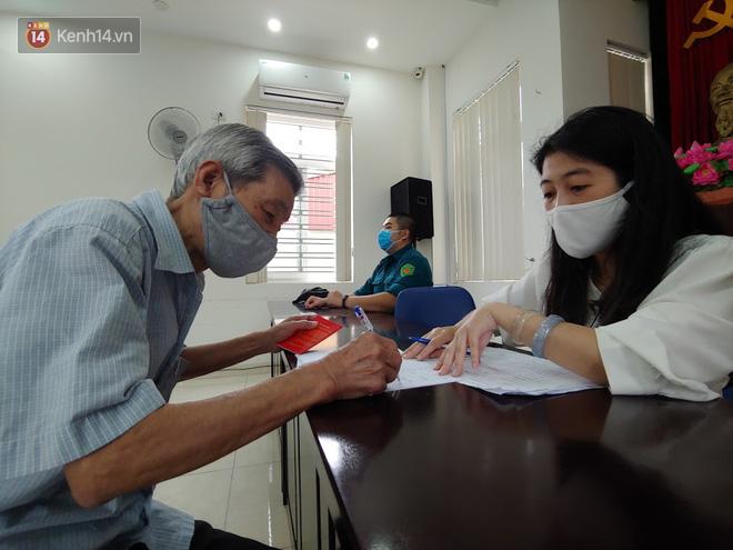 Hà Nội: Người dân phấn khởi đi nhận tiền hỗ trợ do bị ảnh hưởng bởi dịch Covid-19-12