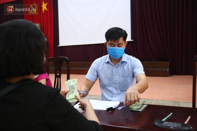 Hà Nội: Người dân phấn khởi đi nhận tiền hỗ trợ do bị ảnh hưởng bởi dịch Covid-19-3