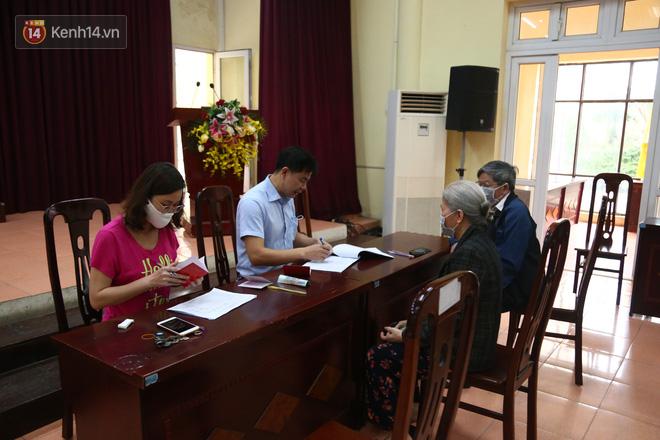 Hà Nội: Người dân phấn khởi đi nhận tiền hỗ trợ do bị ảnh hưởng bởi dịch Covid-19-1