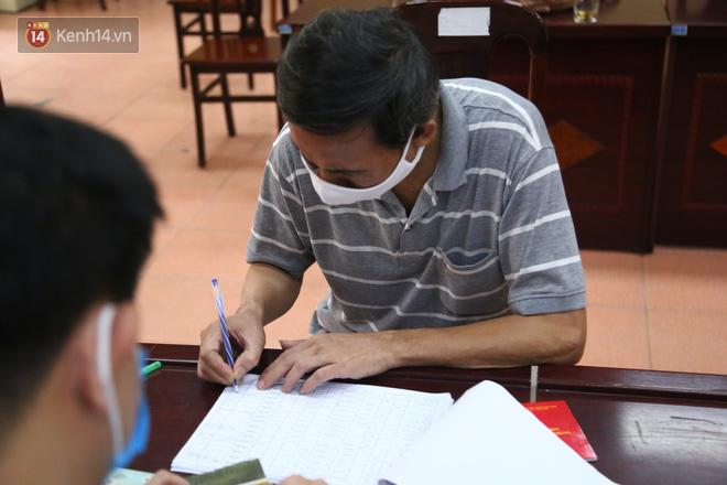 Hà Nội: Người dân phấn khởi đi nhận tiền hỗ trợ do bị ảnh hưởng bởi dịch Covid-19-6