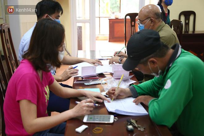 Hà Nội: Người dân phấn khởi đi nhận tiền hỗ trợ do bị ảnh hưởng bởi dịch Covid-19-2
