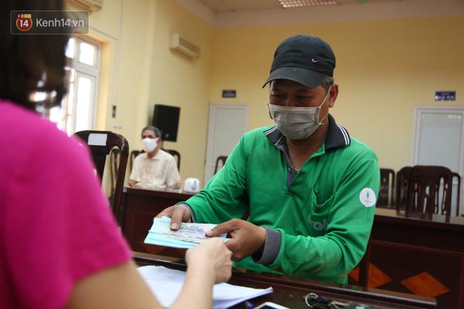 Hà Nội: Người dân phấn khởi đi nhận tiền hỗ trợ do bị ảnh hưởng bởi dịch Covid-19-7