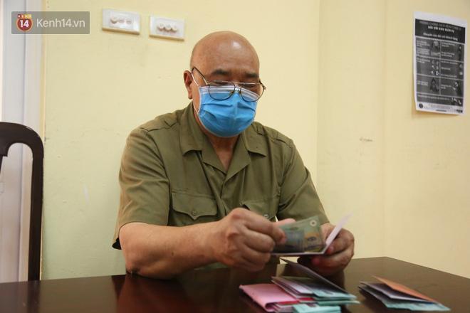 Hà Nội: Người dân phấn khởi đi nhận tiền hỗ trợ do bị ảnh hưởng bởi dịch Covid-19-8