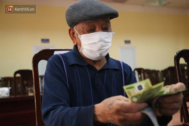 Hà Nội: Người dân phấn khởi đi nhận tiền hỗ trợ do bị ảnh hưởng bởi dịch Covid-19-9