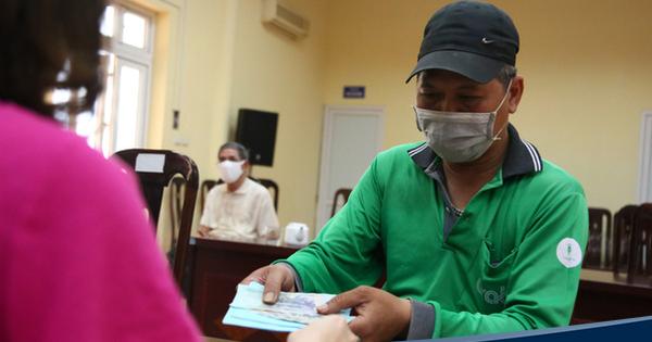 Hà Nội: Người dân phấn khởi đi nhận tiền hỗ trợ do bị ảnh hưởng bởi dịch Covid-19