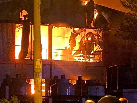 Cháy lớn trong khu chế xuất Tân Thuận, nhiều chiến sĩ PCCC bị thương