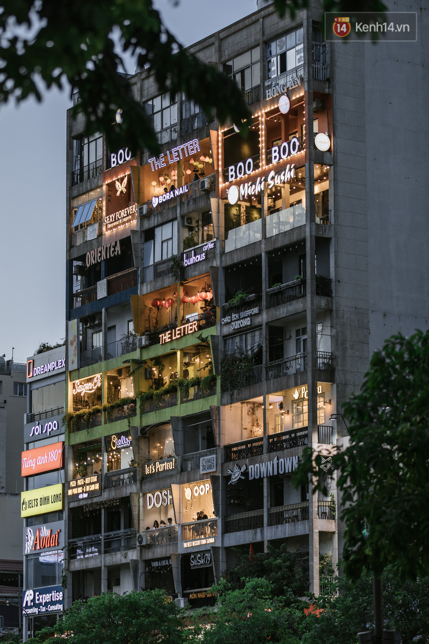 """Sài Gòn nhộn nhịp trong buổi tối nghỉ lễ đầu tiên: Khu vực trung tâm dần trở nên đông đúc, nhiều người lo sợ vẫn kè kè"""" chiếc khẩu trang bên mình-9"""