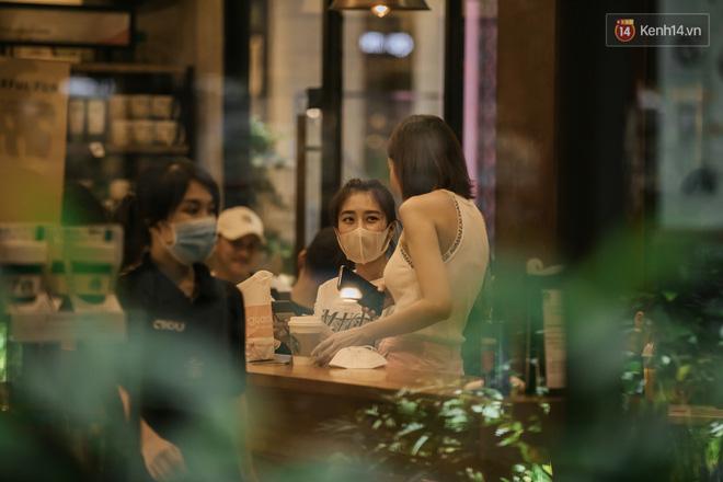 """Sài Gòn nhộn nhịp trong buổi tối nghỉ lễ đầu tiên: Khu vực trung tâm dần trở nên đông đúc, nhiều người lo sợ vẫn kè kè"""" chiếc khẩu trang bên mình-25"""