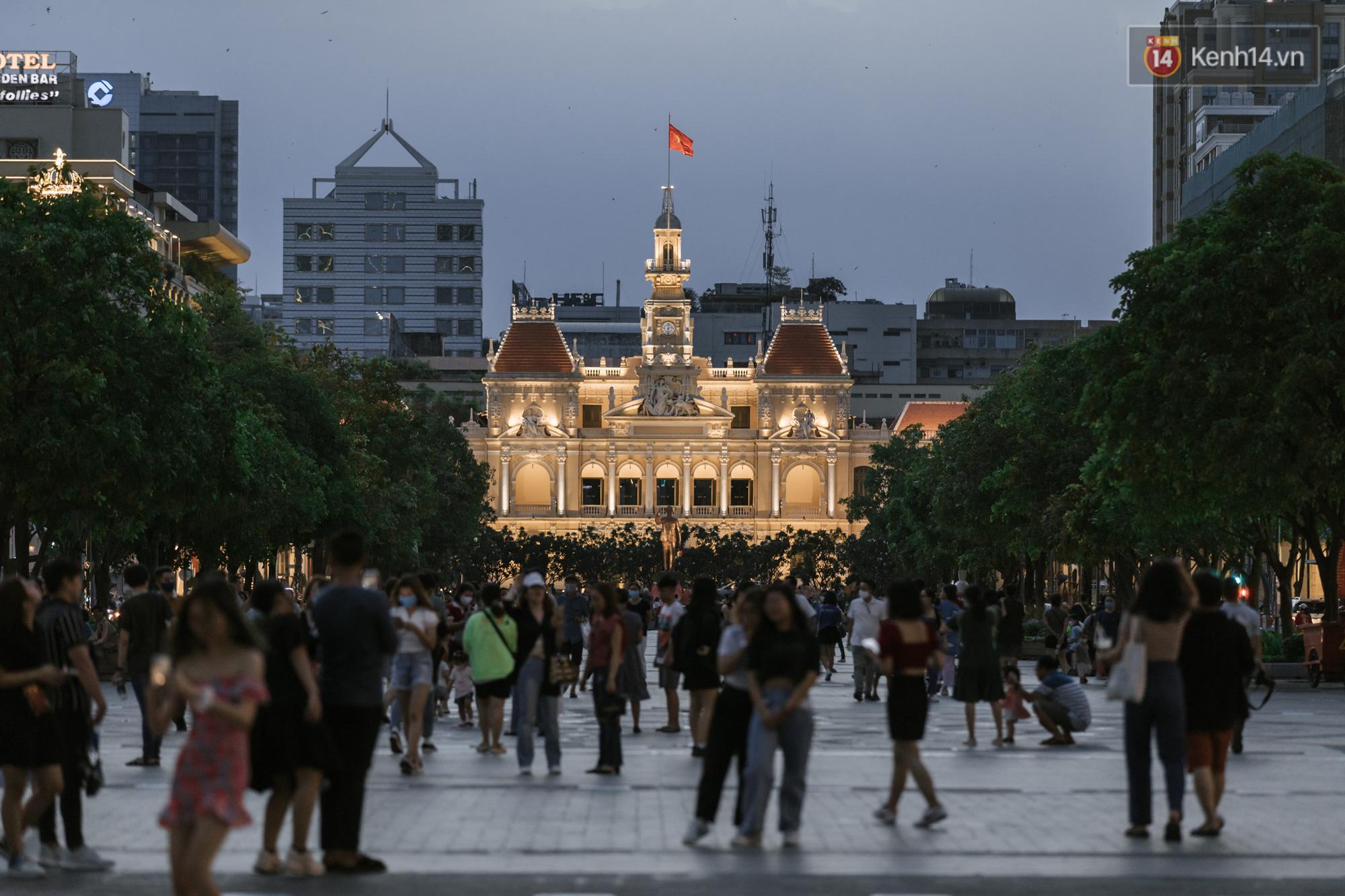 """Sài Gòn nhộn nhịp trong buổi tối nghỉ lễ đầu tiên: Khu vực trung tâm dần trở nên đông đúc, nhiều người lo sợ vẫn kè kè"""" chiếc khẩu trang bên mình-1"""