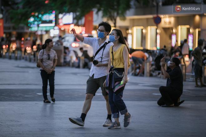 """Sài Gòn nhộn nhịp trong buổi tối nghỉ lễ đầu tiên: Khu vực trung tâm dần trở nên đông đúc, nhiều người lo sợ vẫn kè kè"""" chiếc khẩu trang bên mình-27"""