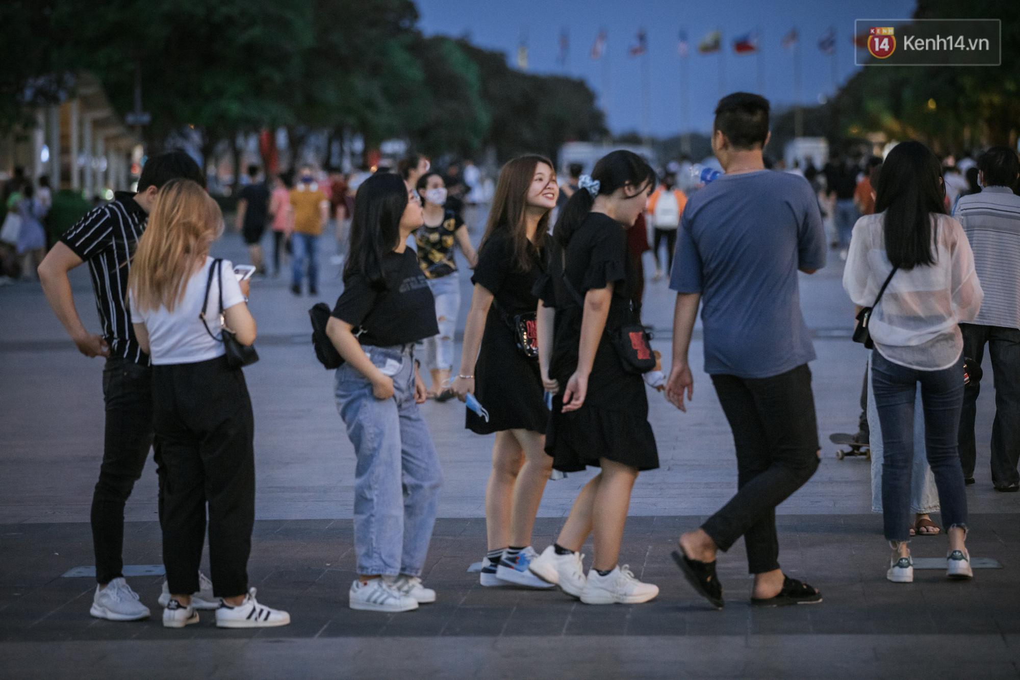 """Sài Gòn nhộn nhịp trong buổi tối nghỉ lễ đầu tiên: Khu vực trung tâm dần trở nên đông đúc, nhiều người lo sợ vẫn kè kè"""" chiếc khẩu trang bên mình-2"""