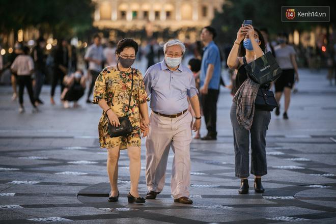 """Sài Gòn nhộn nhịp trong buổi tối nghỉ lễ đầu tiên: Khu vực trung tâm dần trở nên đông đúc, nhiều người lo sợ vẫn kè kè"""" chiếc khẩu trang bên mình-26"""