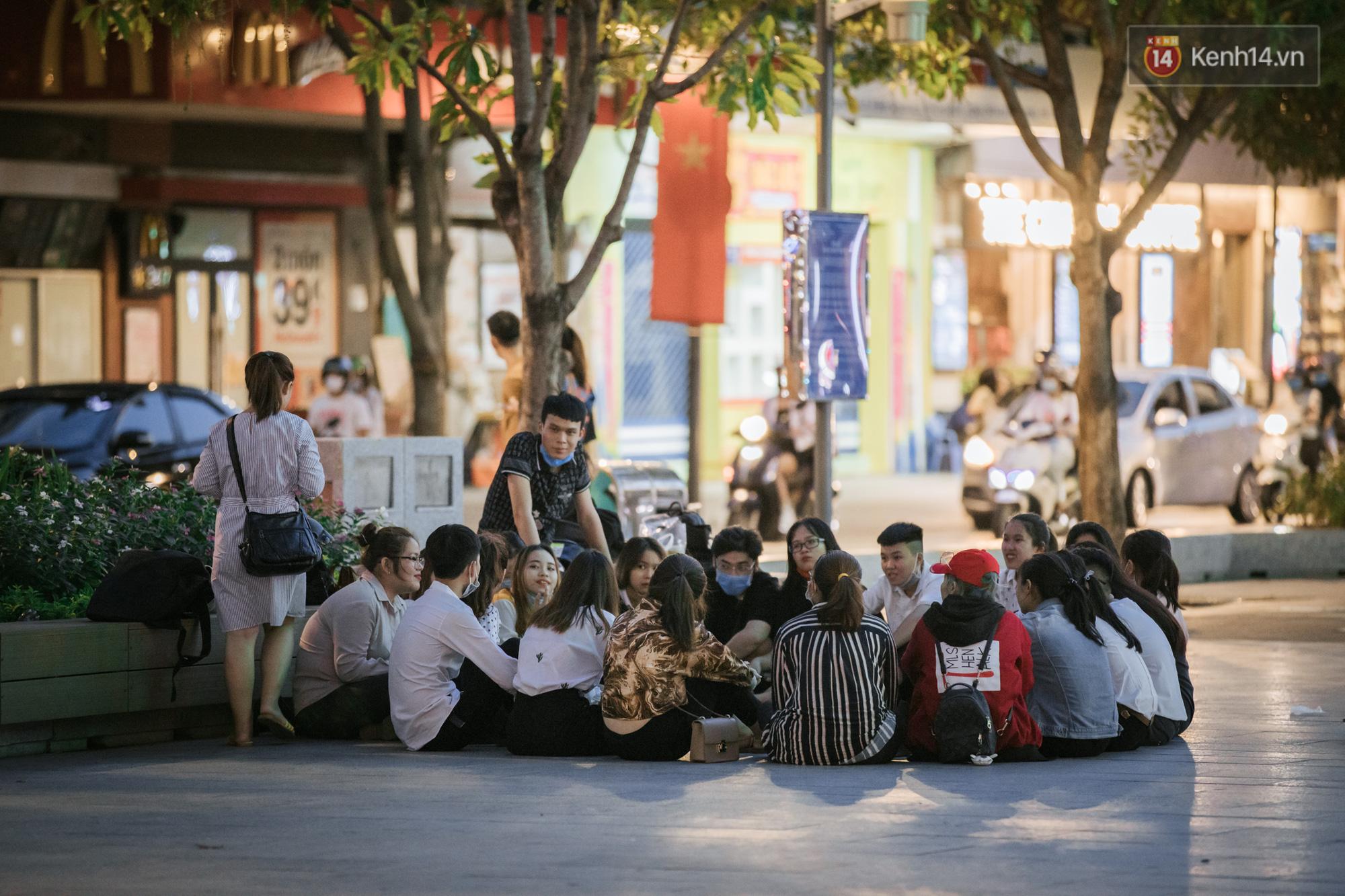"""Sài Gòn nhộn nhịp trong buổi tối nghỉ lễ đầu tiên: Khu vực trung tâm dần trở nên đông đúc, nhiều người lo sợ vẫn kè kè"""" chiếc khẩu trang bên mình-3"""