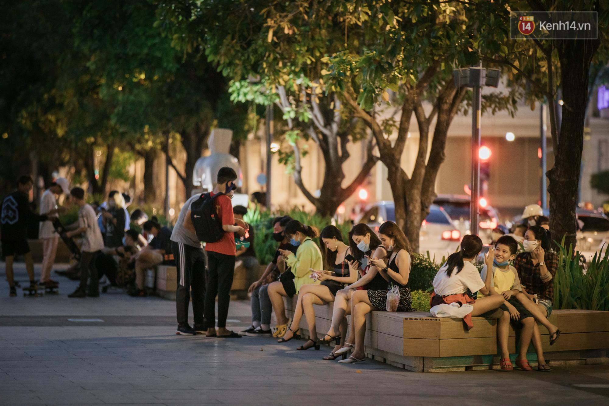 """Sài Gòn nhộn nhịp trong buổi tối nghỉ lễ đầu tiên: Khu vực trung tâm dần trở nên đông đúc, nhiều người lo sợ vẫn kè kè"""" chiếc khẩu trang bên mình-8"""