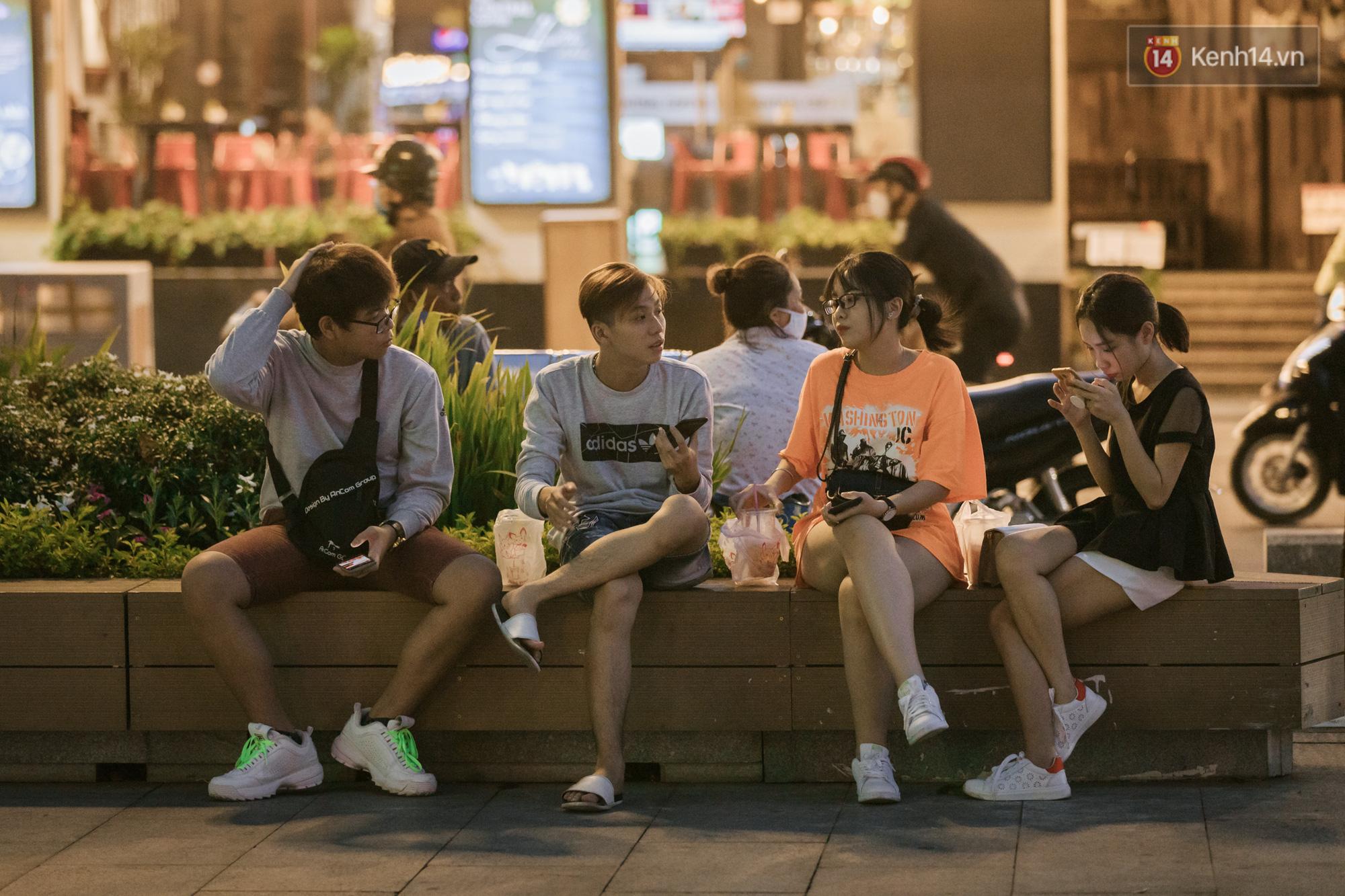 """Sài Gòn nhộn nhịp trong buổi tối nghỉ lễ đầu tiên: Khu vực trung tâm dần trở nên đông đúc, nhiều người lo sợ vẫn kè kè"""" chiếc khẩu trang bên mình-7"""