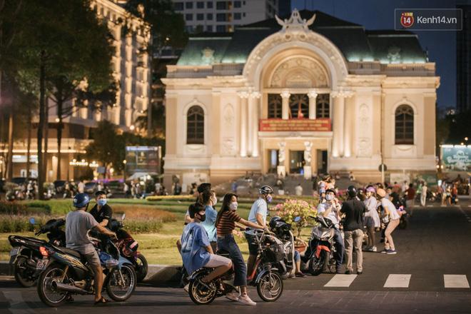 """Sài Gòn nhộn nhịp trong buổi tối nghỉ lễ đầu tiên: Khu vực trung tâm dần trở nên đông đúc, nhiều người lo sợ vẫn kè kè"""" chiếc khẩu trang bên mình-18"""