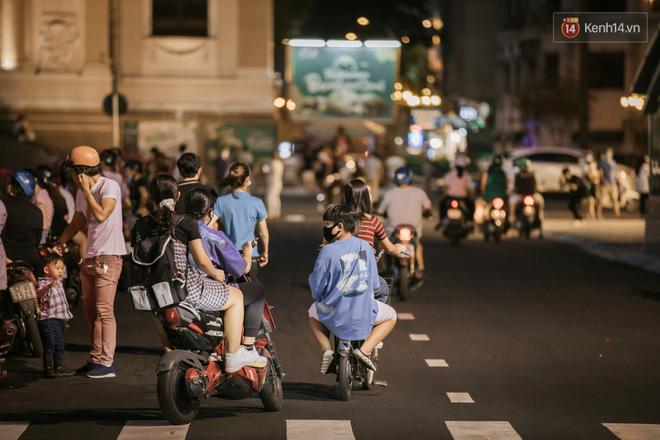 """Sài Gòn nhộn nhịp trong buổi tối nghỉ lễ đầu tiên: Khu vực trung tâm dần trở nên đông đúc, nhiều người lo sợ vẫn kè kè"""" chiếc khẩu trang bên mình-17"""