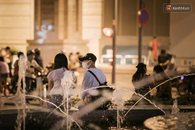 """Sài Gòn nhộn nhịp trong buổi tối nghỉ lễ đầu tiên: Khu vực trung tâm dần trở nên đông đúc, nhiều người lo sợ vẫn kè kè"""" chiếc khẩu trang bên mình-19"""