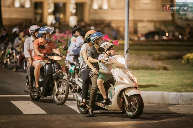 """Sài Gòn nhộn nhịp trong buổi tối nghỉ lễ đầu tiên: Khu vực trung tâm dần trở nên đông đúc, nhiều người lo sợ vẫn kè kè"""" chiếc khẩu trang bên mình-16"""