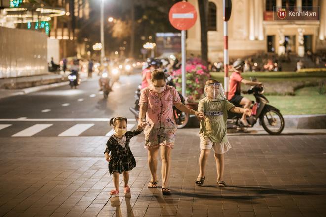 """Sài Gòn nhộn nhịp trong buổi tối nghỉ lễ đầu tiên: Khu vực trung tâm dần trở nên đông đúc, nhiều người lo sợ vẫn kè kè"""" chiếc khẩu trang bên mình-23"""