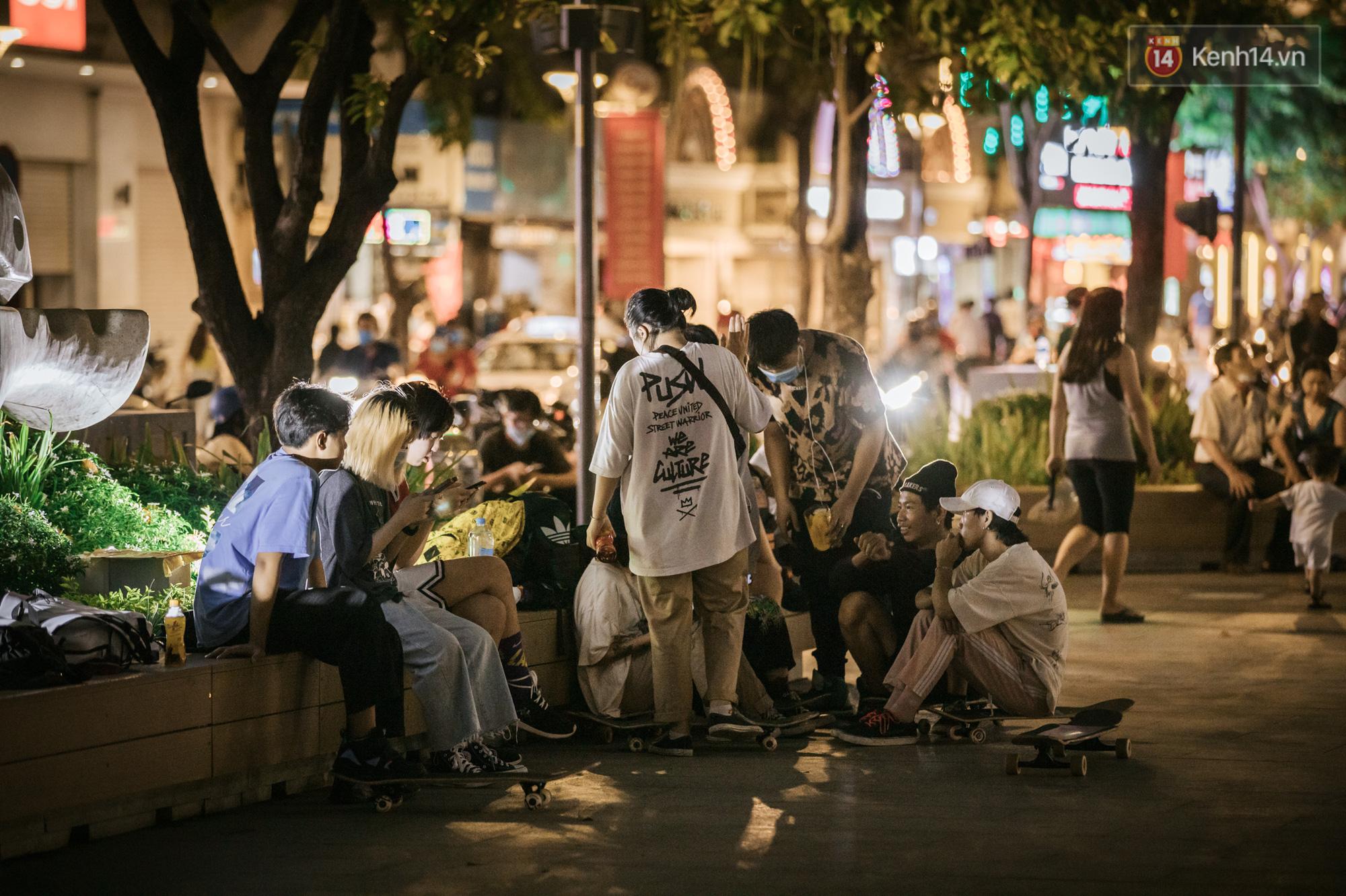 """Sài Gòn nhộn nhịp trong buổi tối nghỉ lễ đầu tiên: Khu vực trung tâm dần trở nên đông đúc, nhiều người lo sợ vẫn kè kè"""" chiếc khẩu trang bên mình-6"""