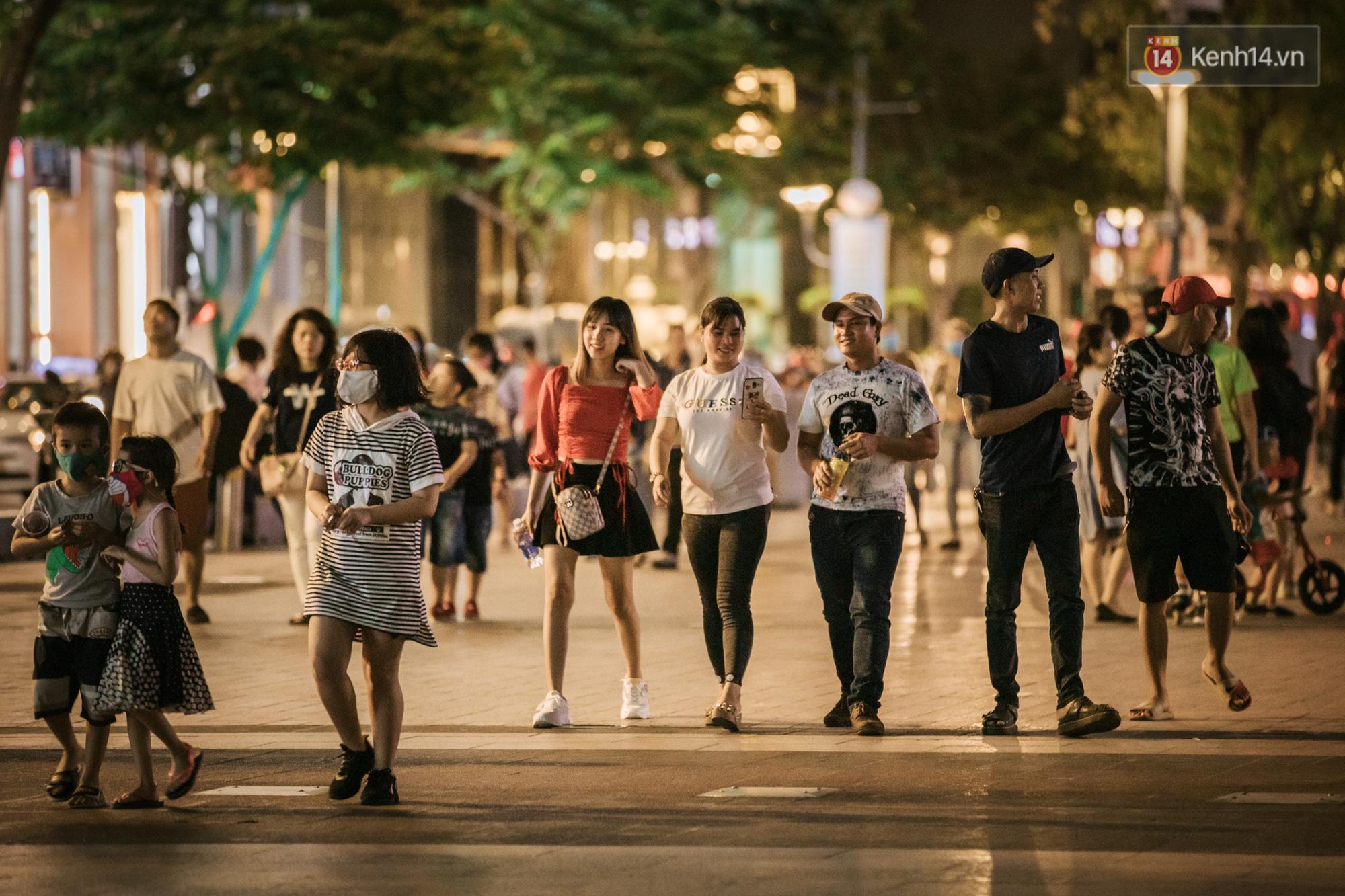 """Sài Gòn nhộn nhịp trong buổi tối nghỉ lễ đầu tiên: Khu vực trung tâm dần trở nên đông đúc, nhiều người lo sợ vẫn kè kè"""" chiếc khẩu trang bên mình-4"""