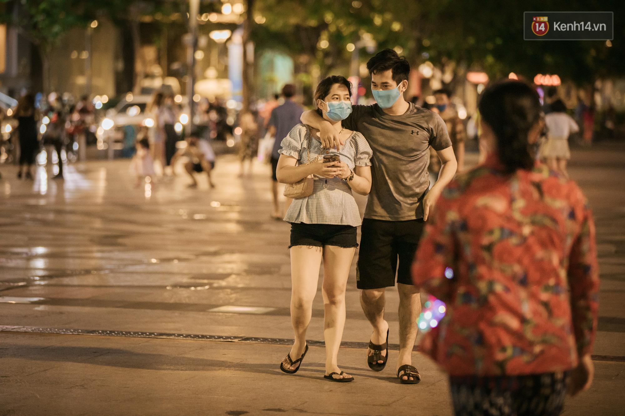 """Sài Gòn nhộn nhịp trong buổi tối nghỉ lễ đầu tiên: Khu vực trung tâm dần trở nên đông đúc, nhiều người lo sợ vẫn kè kè"""" chiếc khẩu trang bên mình-5"""