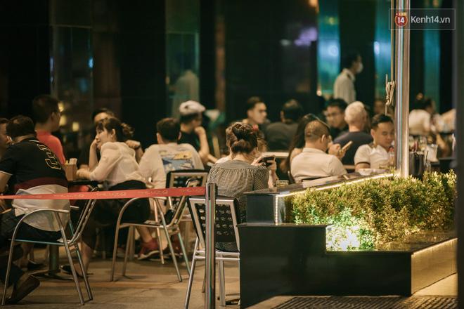 """Sài Gòn nhộn nhịp trong buổi tối nghỉ lễ đầu tiên: Khu vực trung tâm dần trở nên đông đúc, nhiều người lo sợ vẫn kè kè"""" chiếc khẩu trang bên mình-11"""